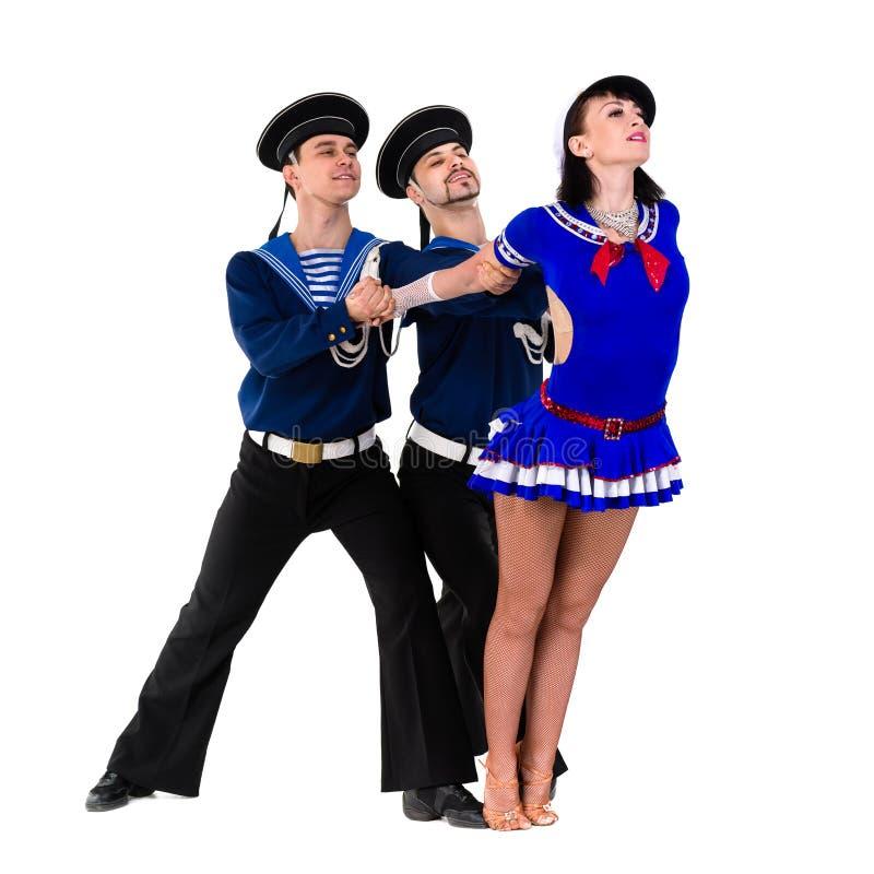 Equipe do dançarino vestido como os marinheiros que levantam em um fundo branco isolado fotos de stock