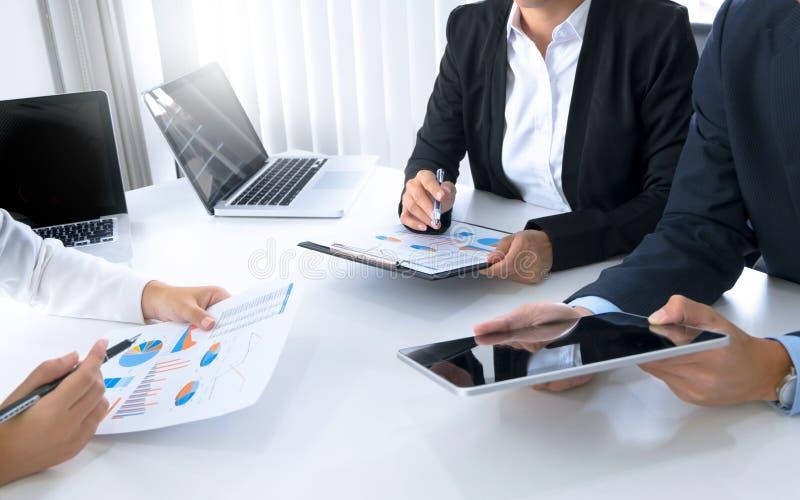 Equipe do desempenho de vendas da análise de mercado, conceito da reunião de negócios fotografia de stock royalty free