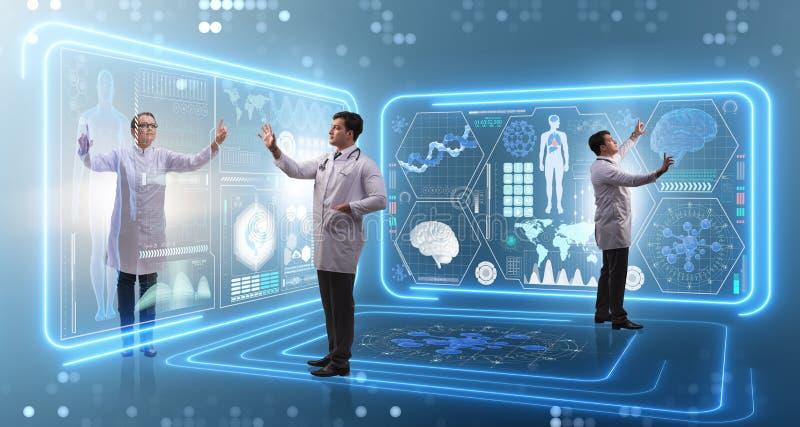 A equipe do doutor no conceito do exame dos diagnósticos remotos fotos de stock royalty free