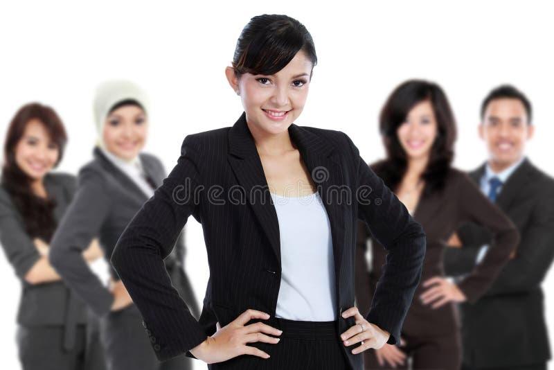 Equipe do empresário novo asiático, isolada no fundo branco imagens de stock