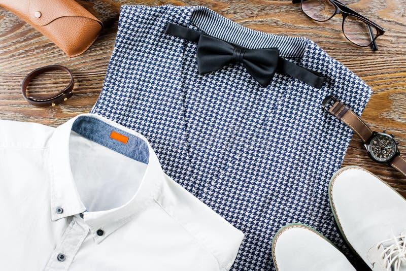 Equipe do equipamento clássico da roupa do ` s a configuração lisa com camisa, a veste, bowtie, as sapatas e os acessórios formai imagem de stock royalty free