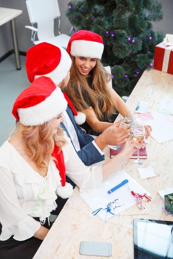 Equipe do escritório que bebe no Natal no fundo do escritório Partido do Xmas Conceito do champanhe do Natal fotos de stock royalty free