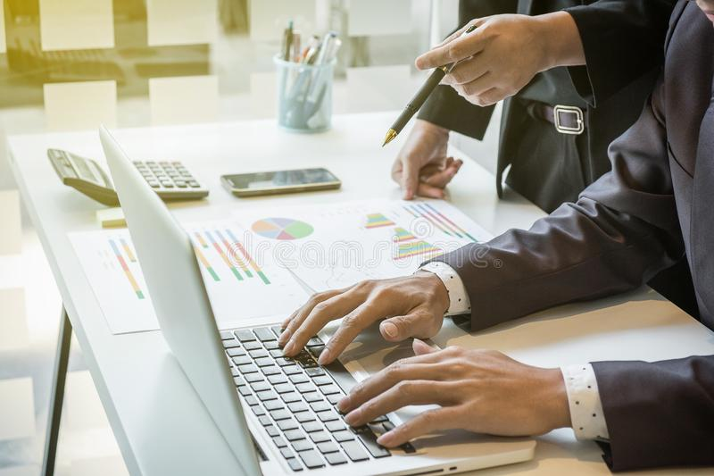 Equipe do homem de negócios que trabalha na mesa de escritório e que usa um touc digital fotos de stock royalty free