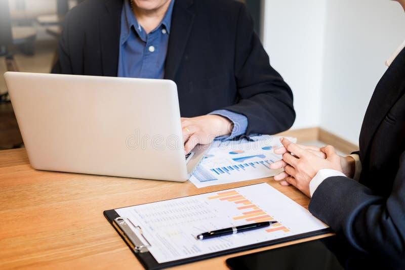 Equipe do homem de negócios que trabalha na mesa de escritório e que usa as mãos detalhe, computador e objetos de um portátil do  imagem de stock