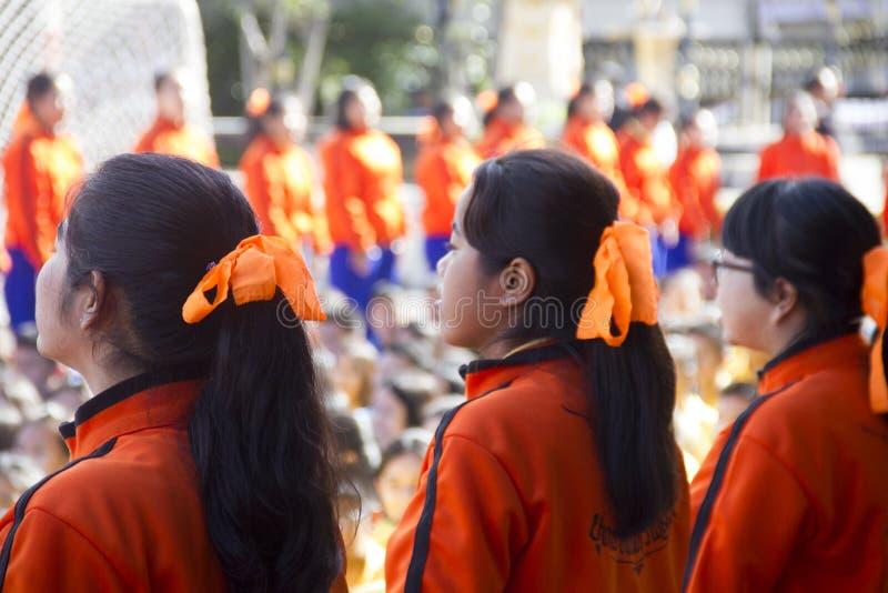 A equipe do líder dos estudantes traz cheering no dia do dia escolar do esporte foto de stock royalty free