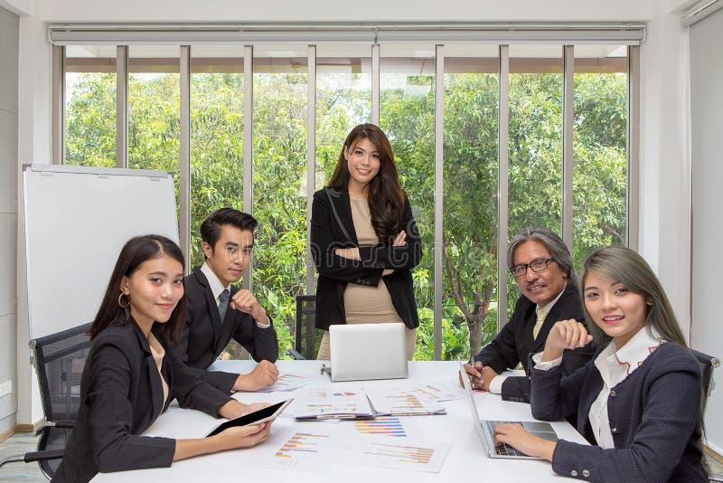 Equipe do negócio asiático que levanta na sala de reunião Brainstor de trabalho foto de stock