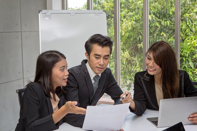 Equipe do negócio asiático que levanta na sala de reunião Sessão de reflexão de trabalho na sala de direção espaçoso no escritóri fotografia de stock royalty free