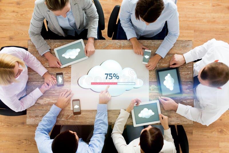 Equipe do negócio com computação da nuvem dos computadores fotografia de stock