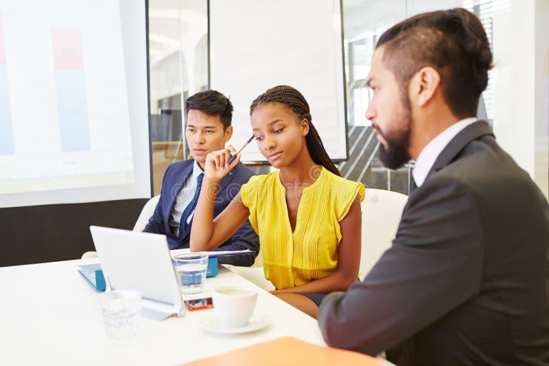 Equipe do negócio com o computador no treinamento de uma comunicação fotografia de stock