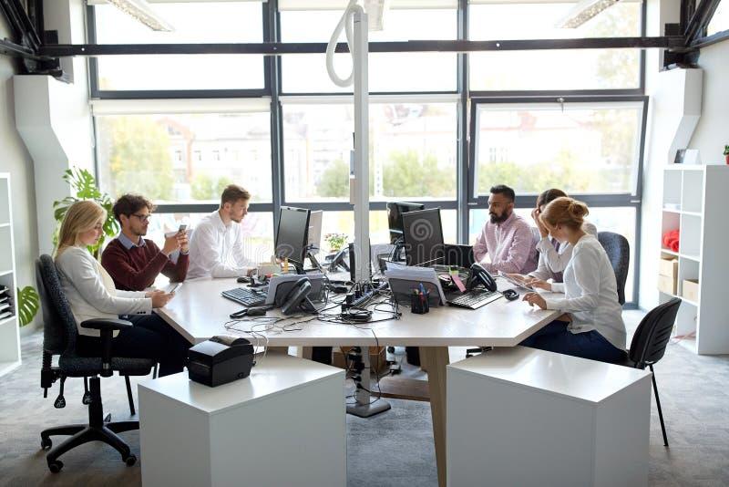 Equipe do negócio com os computadores que trabalham no escritório fotografia de stock