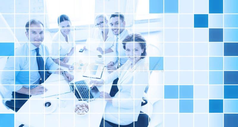 Equipe do negócio com portátil e papéis no escritório ilustração stock