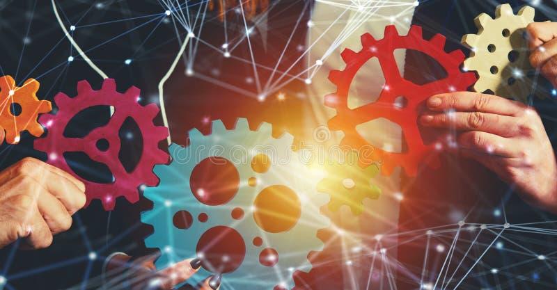A equipe do negócio conecta partes de engrenagens Trabalhos de equipa, parceria e conceito da integração com efeito da rede imagem de stock