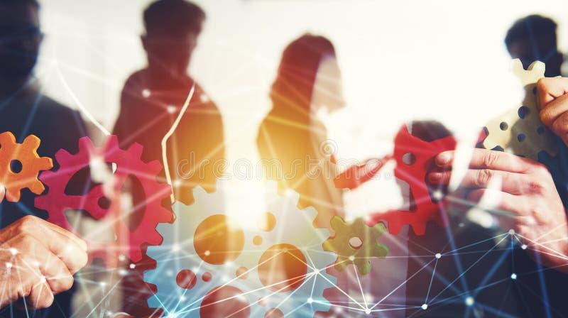 A equipe do negócio conecta partes de engrenagens Trabalhos de equipa, parceria e conceito da integração com efeito da rede dobro fotografia de stock