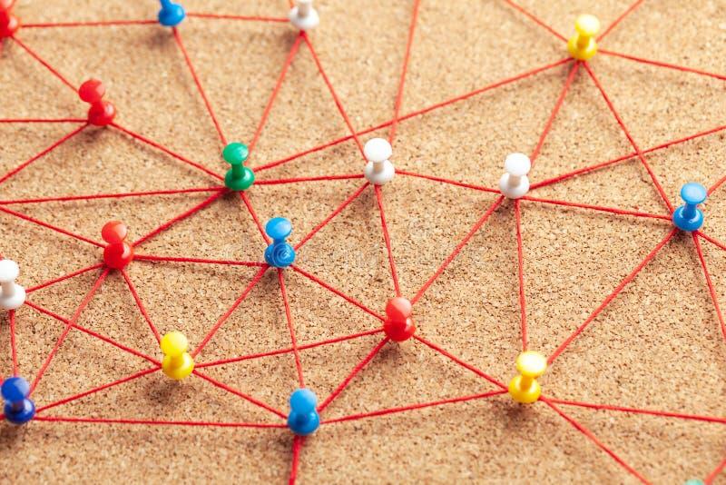 Equipe do negócio Conecte entre povos Pinos do escritório conectados pela linha vermelha imagens de stock