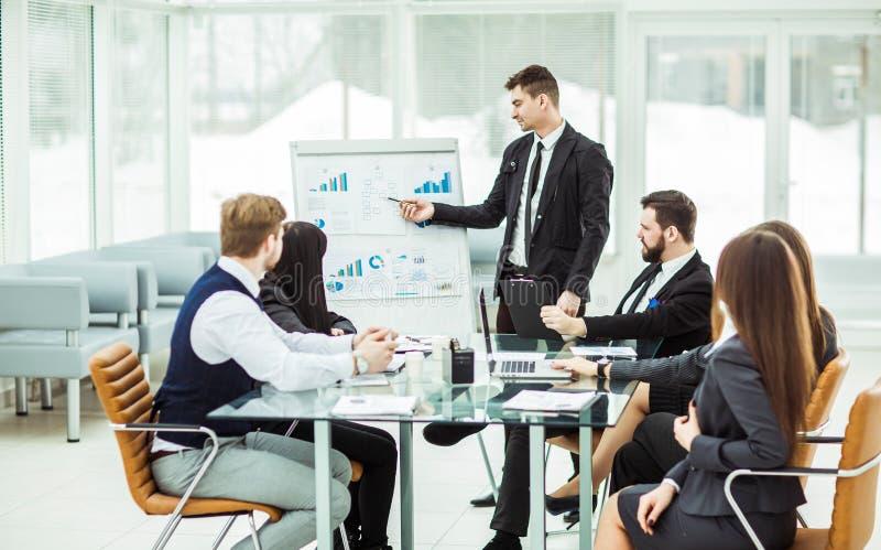 a equipe do negócio dá uma apresentação de um projeto financeiro novo para os sócios comerciais da empresa imagem de stock