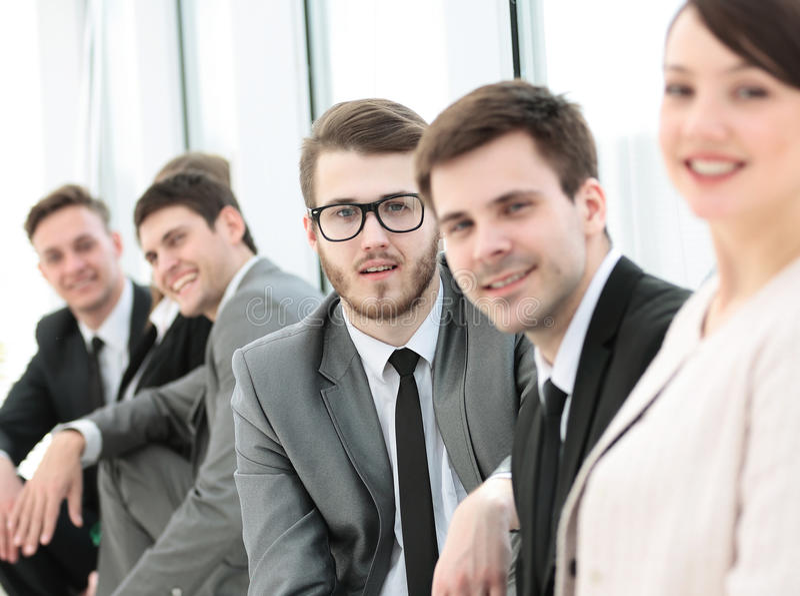Equipe do negócio e administrador bonito da mulher na entrada de fotos de stock