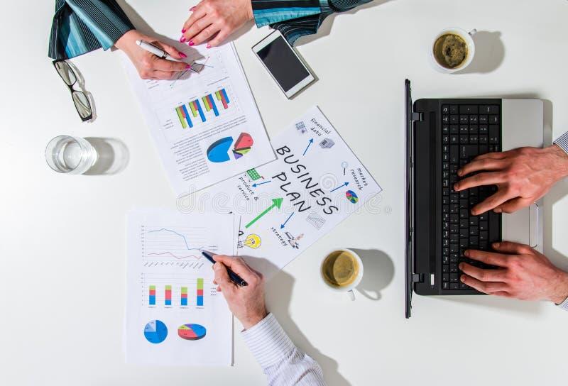 Equipe do negócio em uma reunião que fala sobre o plano de negócios fotos de stock royalty free