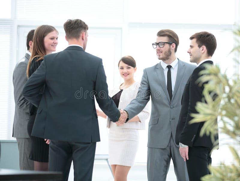 A equipe do negócio encontra sócios comerciais no escritório um h amigável imagens de stock royalty free