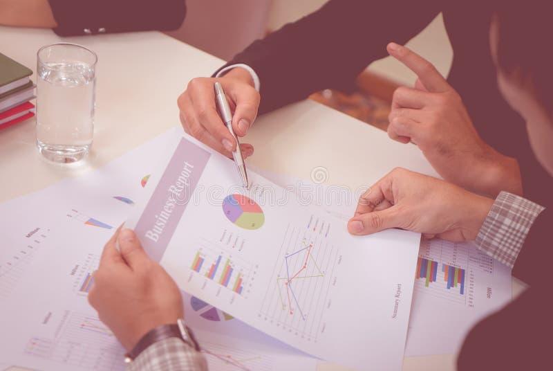 A equipe do negócio está discutindo seriamente no relatório comercial fotografia de stock