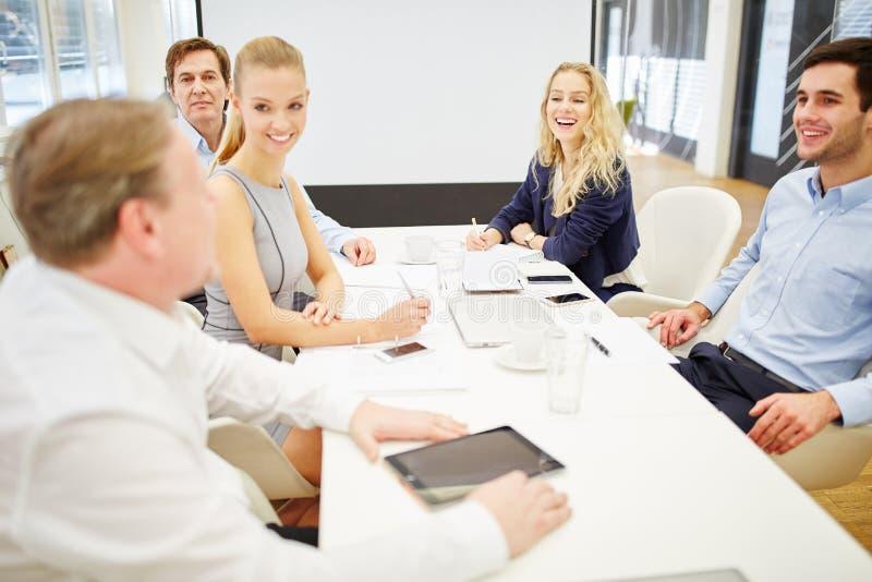 A equipe do negócio está feliz com seu consultante fotos de stock royalty free