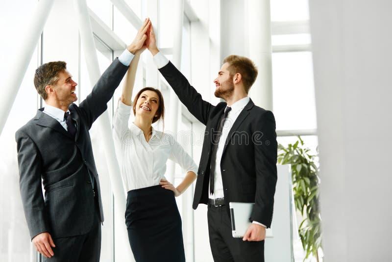 Equipe do negócio Executivos bem sucedidos que comemoram um negócio imagem de stock royalty free