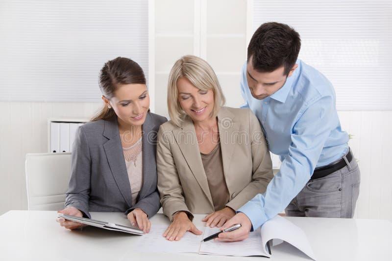 Equipe do negócio: Grupo do homem e da mulher em uma reunião que fala sobre o fá fotografia de stock