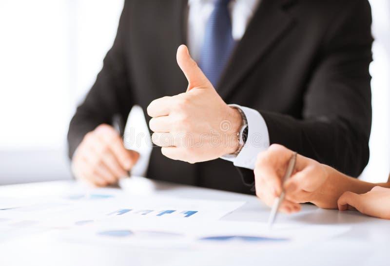 Equipe do negócio na reunião que discute gráficos fotografia de stock royalty free