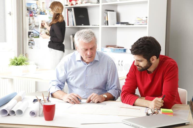 Equipe do negócio no estúdio pequeno do arquiteto fotos de stock