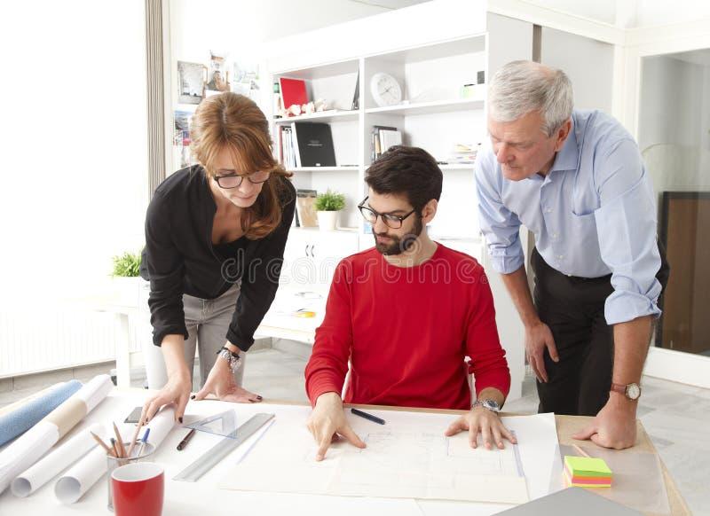 Equipe do negócio no estúdio pequeno do arquiteto foto de stock
