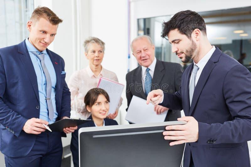 Equipe do negócio no seminário do computador fotos de stock