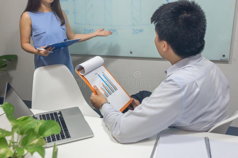 Equipe do negócio para discutir junto na sala de reunião fotografia de stock