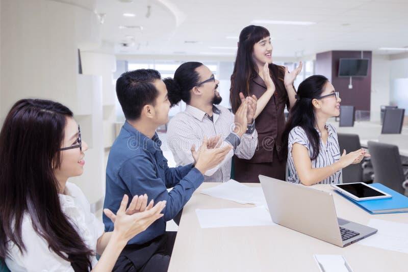 Equipe do negócio que aplaude uma boa apresentação imagens de stock royalty free