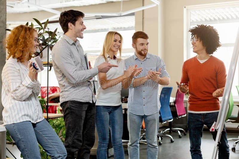 Equipe do negócio que aprecia o colega para explicar a apresentação foto de stock royalty free