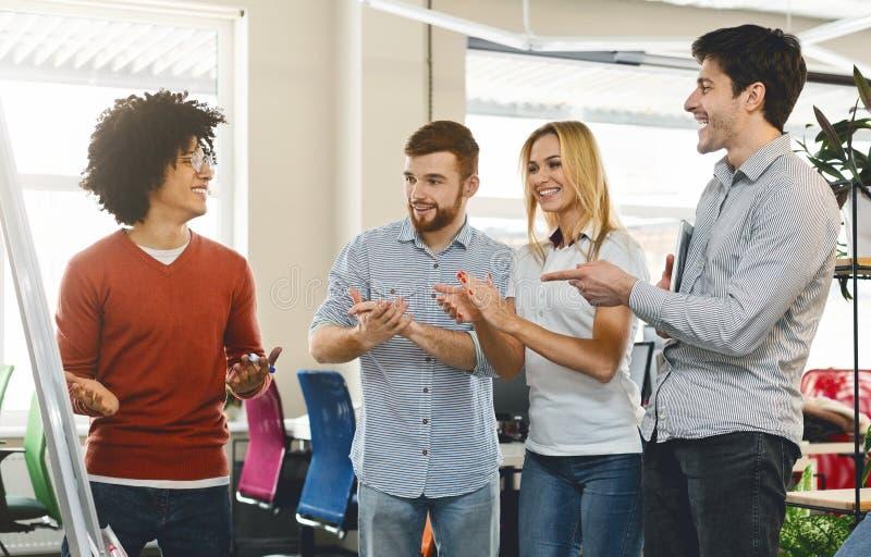 Equipe do negócio que aprecia o colega para explicar a apresentação fotografia de stock