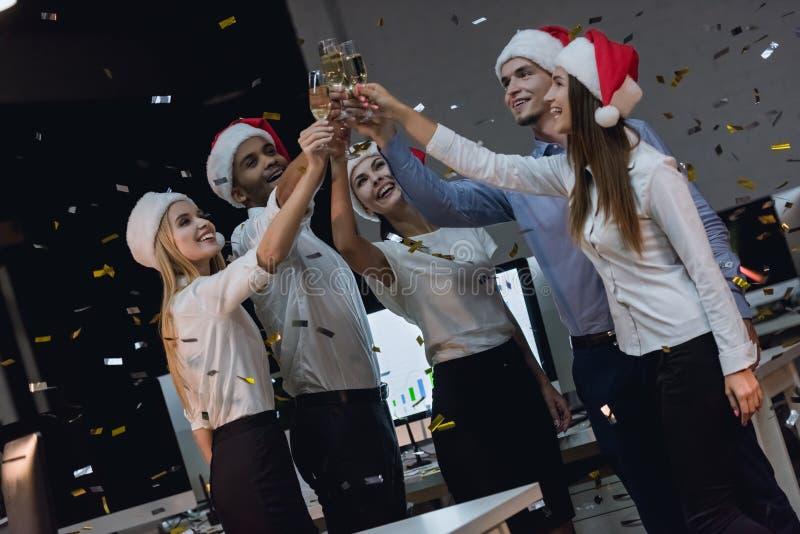 Equipe do negócio que comemora o ano novo foto de stock royalty free