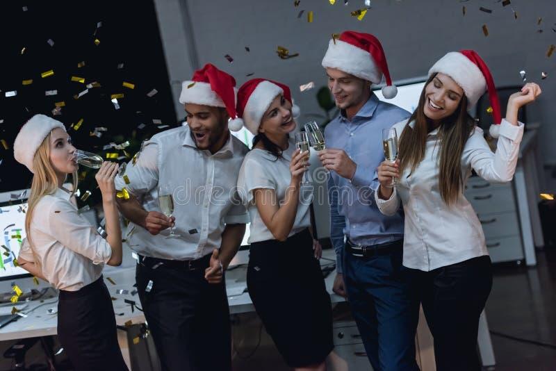 Equipe do negócio que comemora o ano novo imagens de stock