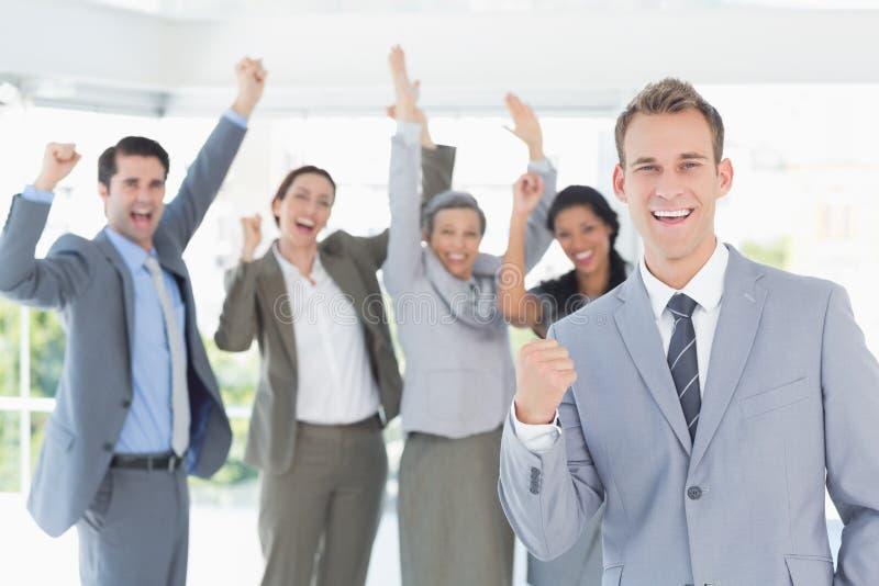 Equipe do negócio que comemora um bom trabalho fotografia de stock royalty free