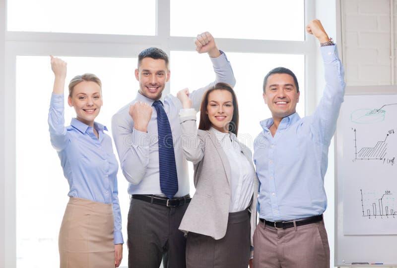 Equipe do negócio que comemora a vitória no escritório fotos de stock royalty free