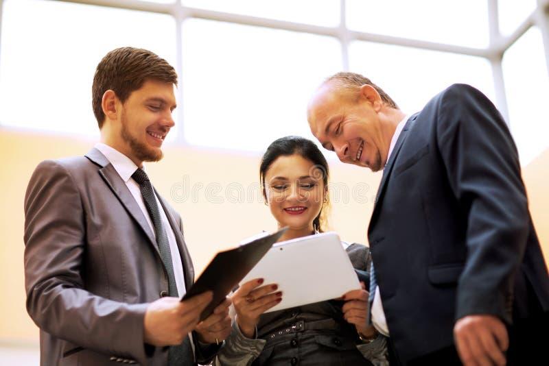 Equipe do negócio que discute algo no escritório imagem de stock royalty free