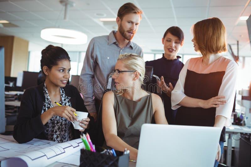 Equipe do negócio que discute ao trabalhar junto fotos de stock