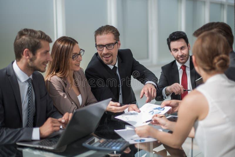 Equipe do negócio que discute edições financeiras em uma reunião de funcionamento fotos de stock royalty free