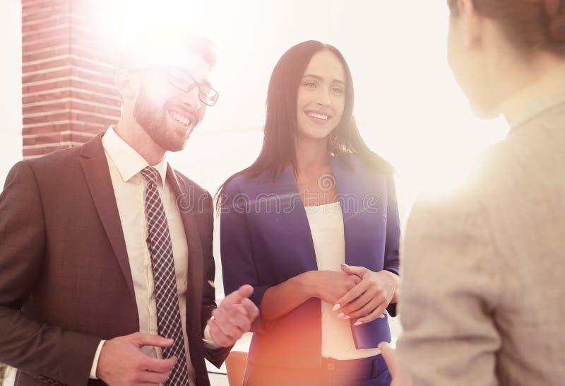 Equipe do negócio que discute junto planos de negócios imagens de stock royalty free
