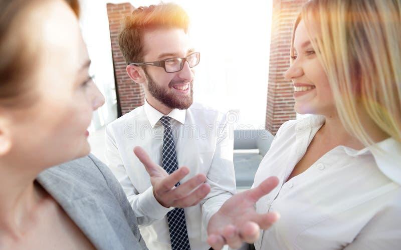 Equipe do negócio que discute no escritório imagens de stock royalty free
