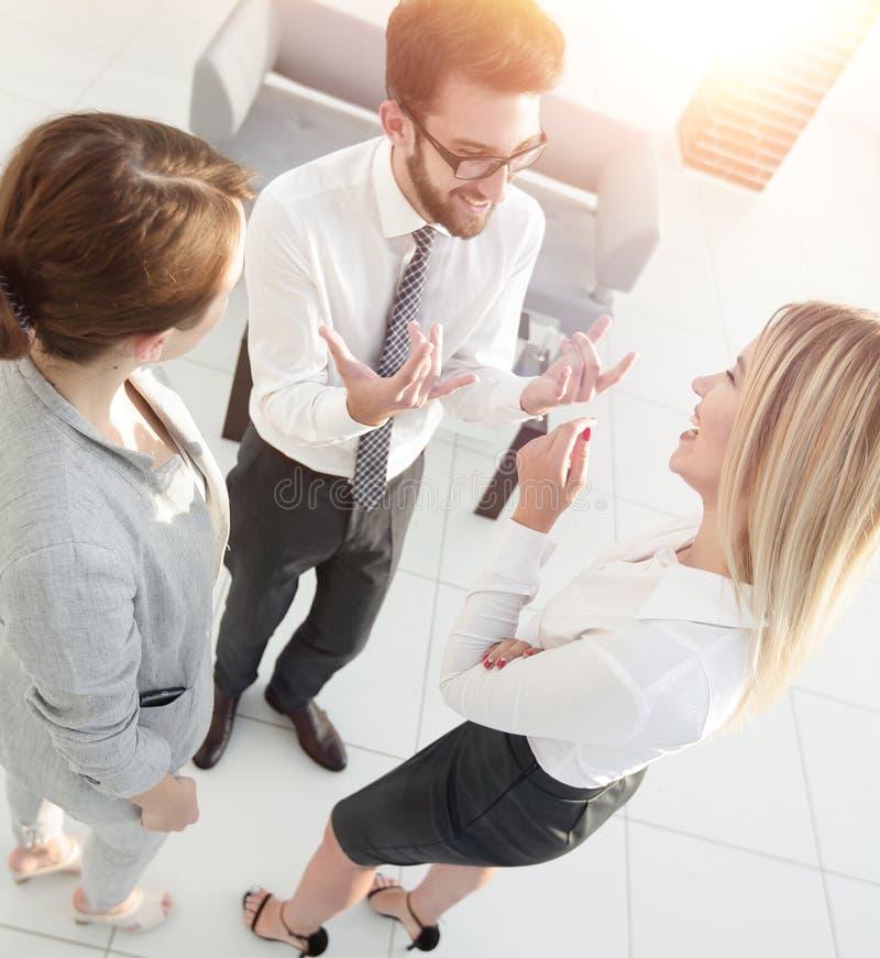 Equipe do negócio que discute no escritório foto de stock