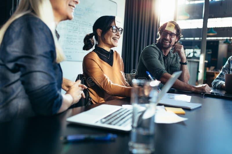 Equipe do negócio que discute o trabalho e a sua responsabilidade foto de stock