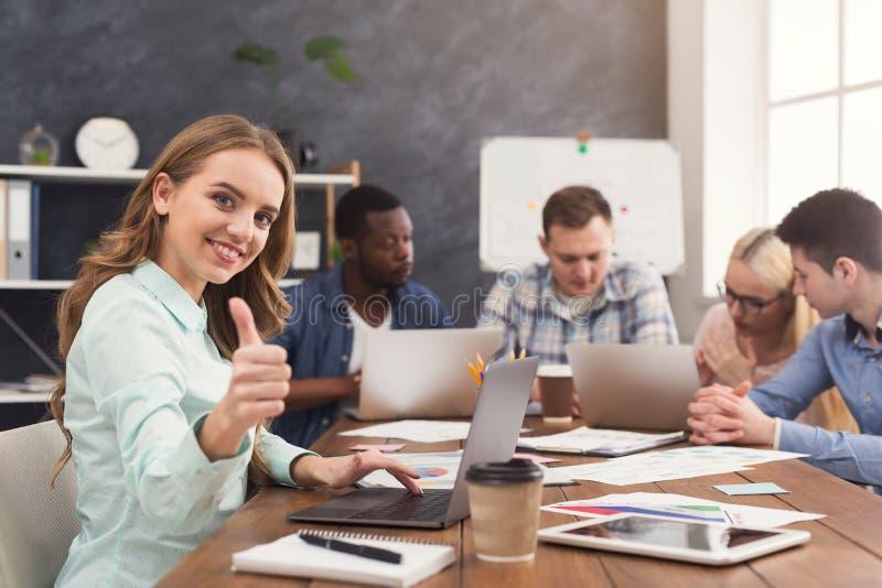 Equipe do negócio que discute resultados de seu trabalho imagem de stock