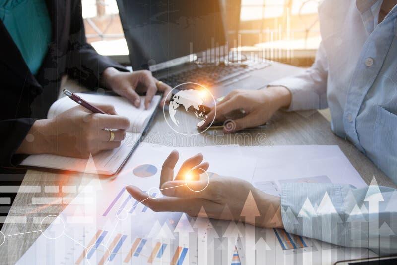 Equipe do negócio que encontra o presente o projeto acionista profissional que trabalha com projeto novo imagens de stock royalty free