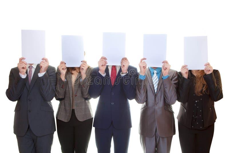 Equipe do negócio que guarda papéis vazios foto de stock