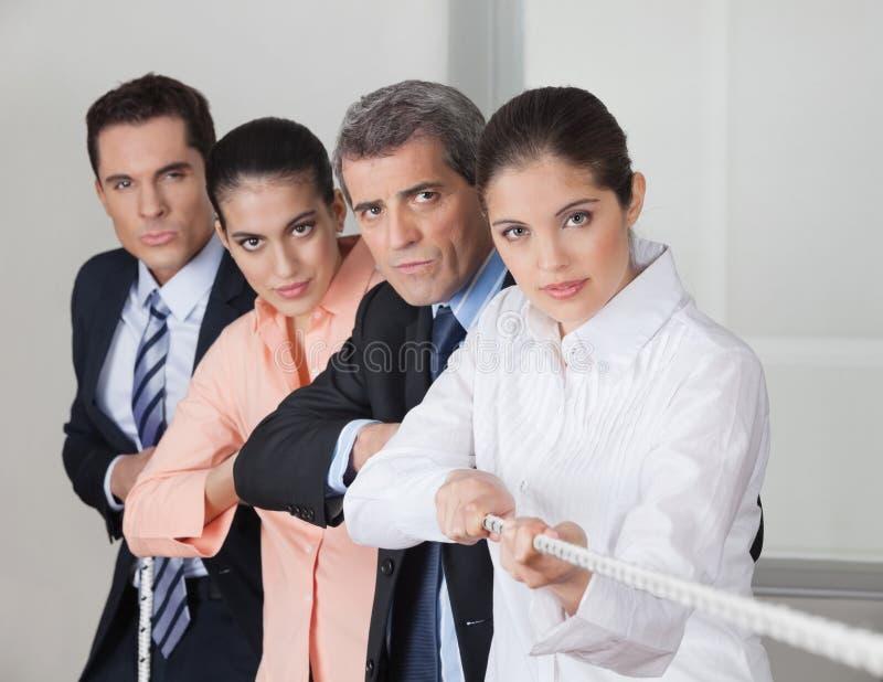 Equipe do negócio que joga o conflito imagens de stock royalty free