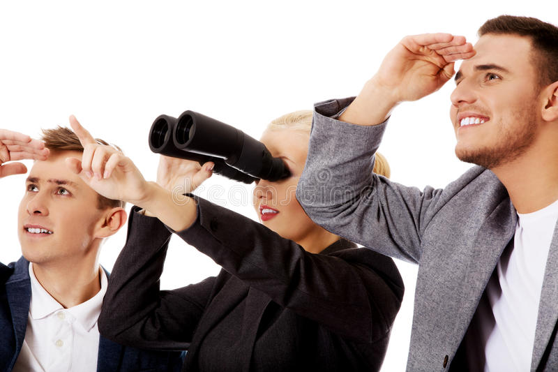 Equipe do negócio que olha em uma sentido-mulher que usa binóculos fotografia de stock royalty free